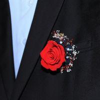 заколка зажим-бутоньерка - из стабилизированной красной розы с добавлением белой и красной гипсофилы, а так же стабилизированной черной гортензии