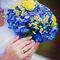 Яркий сине-желтый букет невесты из ромашек, роз и гортензий