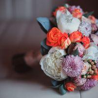 Букет невесты из белых пионов, оранжевых роз и сиреневых астр