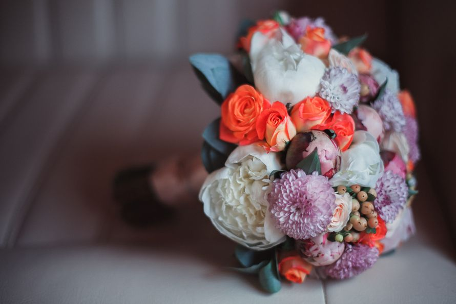 Букет невесты из белых пионов, оранжевых роз и сиреневых астр - фото 1632779 Jolly Dаy - свадебное агентство