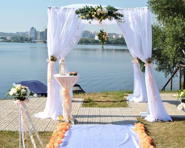 Квадратная арка с композицией из живых цветов, задрапированная белой легкой тканью с персиковыми лентами - фото 3477975 Свадебное агентство Wedding Story