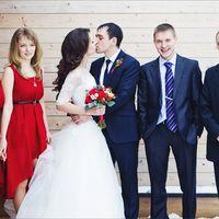 Жених, невеста, друзья и подружки невесты в красном