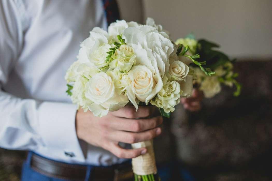 Букет невесты из белых роз, гортензий и фрезий, декорированный белой лентой  - фото 3311623 DIAMANTE-deco студия свадебного дизайна
