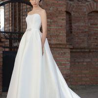 Beatrice: стильное свадебное платье, и ничего лишнего. Акцент на текстуре ткани, идельной посадке платья и, конечно, Вашей красоте.  Ткани и материалы: сатин-микадо Цвет: платья: белый, небесный, жемчужный, кремовый Идея: декор на поясе платья украшен