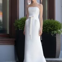 Bronx: это платье говорит само за себя. Великолепие ткани, формы и фактуры. Это основы стиля. Ткани и материалы: сатин-микадо Цвет: платья: белый, жемчужный, кремовый  Идея: правильно подобранный букет ( по форме и цвету) невероятно освежит это платье.