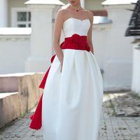 Tokio: еще один яркий образ для современной невесты. Необычная форма платья, выделяющийся корсет, оригинальный декор, текстуры используемых тканей – все это и есть составляющие стильного образа.  Ткани и материалы: сатин-микадо Цвет: платья: белый, жемч