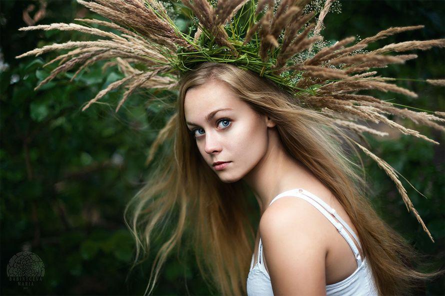 Распущенные волосы невесты украсил венок из полевых трав и цветов - фото 1911991 Организатор сказочных свадеб Fairy Wedding