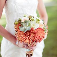 Букет невесты из красных астр и белых роз