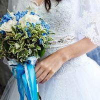 Букет невесты из белых роз и калл, голубой гортензии и зеленого лигуструма