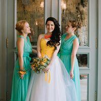 Невеста с оранжевой бабочкой и её подружки в зеленом