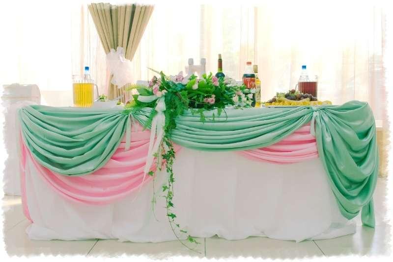 Свадебное оформление церемонии проходящей в зале, выражено в доминирующих тонах зеленого и розового присутствующих в тканях и - фото 3584783 Кирилл Новосёлов - свадебный декор