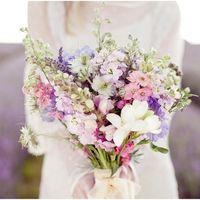 Букет невесты из фиалок и фрезий для свадьбы в стиле прованс