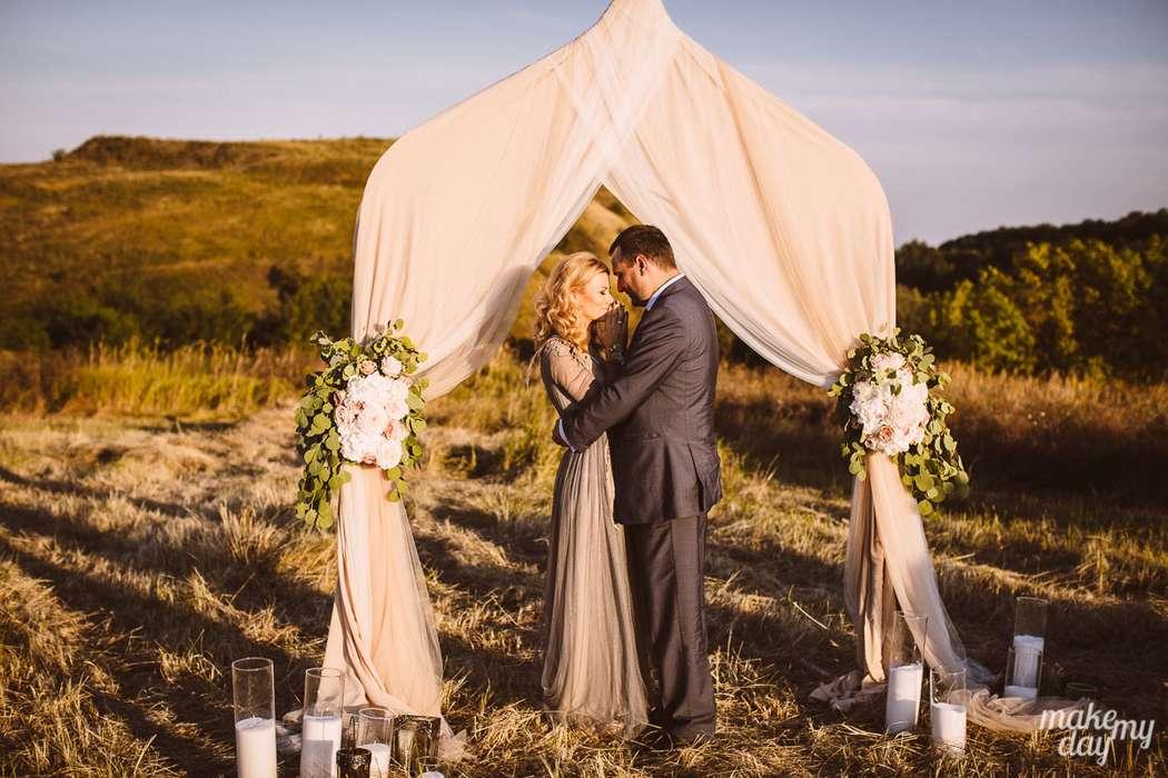 Мы знаем, как должна выглядеть по-настоящему красивая церемония. Только красивые локации, удивительные цветы и натуральные летящие ткани. - фото 3779015 Свадебное агентство Make my day