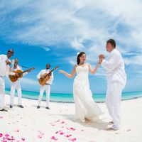 Свадьба на берегу Атлантического океана под звуки бачаты. Фотограф Russell Rush