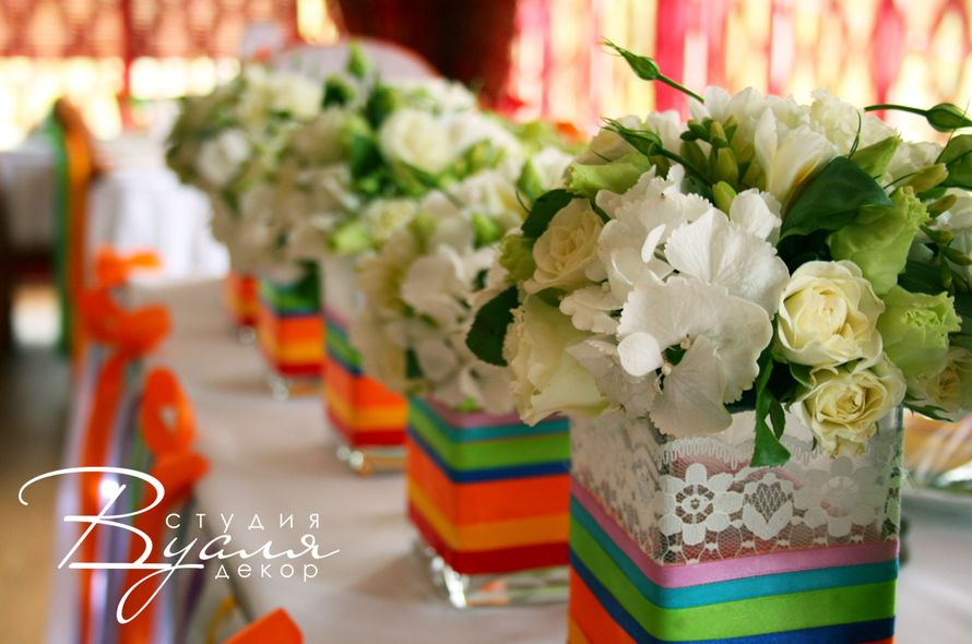 """Букеты из кремовых роз, белой гортензии и лизиантуса в вазах с кружевом и полосками разных цветов.  - фото 2867973 Студия свадебного дизайна """"Вуаля декор"""""""