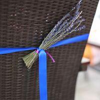 оформление стульев гостей вереском