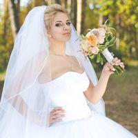 Невеста с букетом в лесу