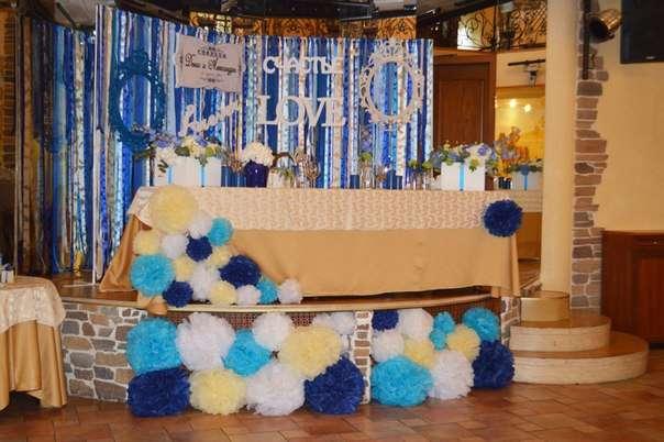 Сцена, на которой распологался стол молодоженов декорирована пумпонами различных размеров в палитре концепции свадьбы! - фото 2536519 Барбарис studio - студия флористики, декора