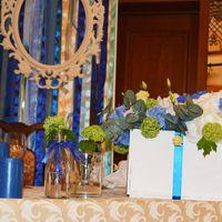 Бутылочки с вибурнумом на столе молодоженов )