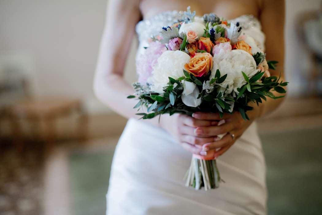 """Букет невесты из оранжевых роз и белых пионов  - фото 1871107 Свадебное агентство """"Wedkitchen"""""""