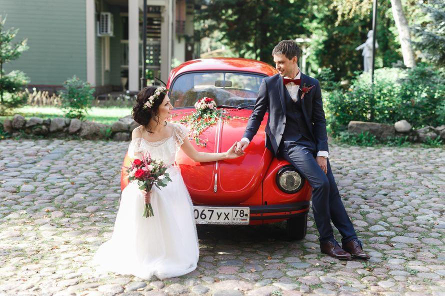 """Красный """"МИНИ"""", украшенный экибаной, рядом с молодоженами. - фото 3412959 Свадебное агентство """"Wedkitchen"""""""