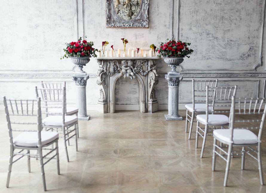 """Винтажный серый камин на фоне колонн с винтажными вазами с цветами и белыми стульями для гостей - фото 3472911 Свадебное агентство """"Wedkitchen"""""""