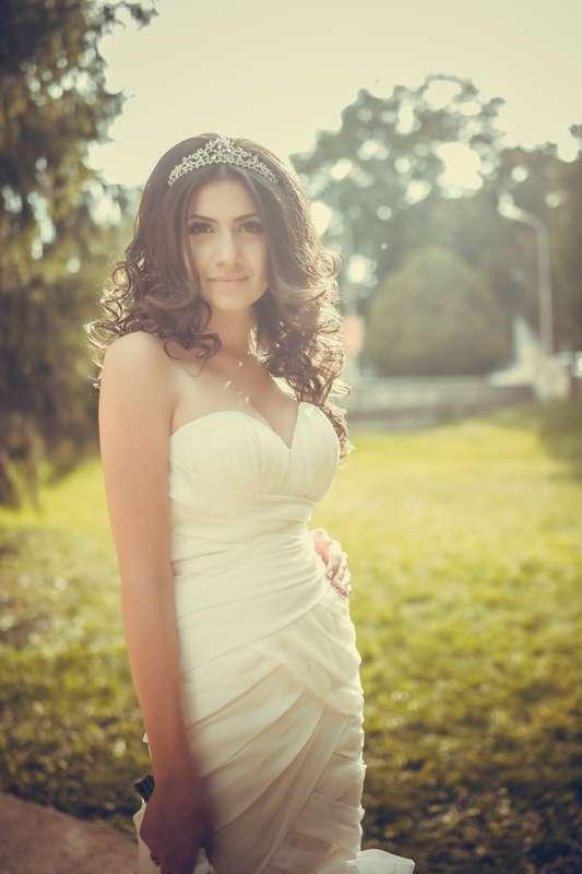 Невеста в приталенном платье цвета айвори с драпировкой крест-накрест  - фото 2988477 HappyFilms - cвадебное видео