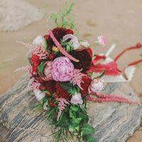 Букет невесты от LoveStory - протея, пионы, астильба, роза сорта пиано ред, целлозия
