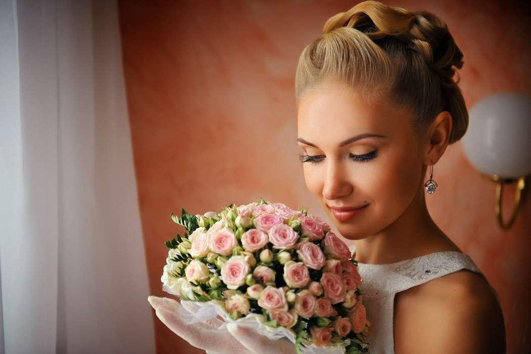 Букет невесты из розовых роз, декорированный белым кружевом, в руках у невесты с натураьным макияжем в коричневых тонах, высокая - фото 1904469 Master of Art студия стильных свадеб, агентство