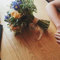 Букет невесты из синих ирисов и пионовидных розовых роз