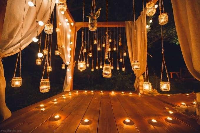 Свадебная квадратная арка для выездной церемонии на природе, украшенная персиковой тканью с подвесными подсвечниками в стиле - фото 2855161 Невеста01