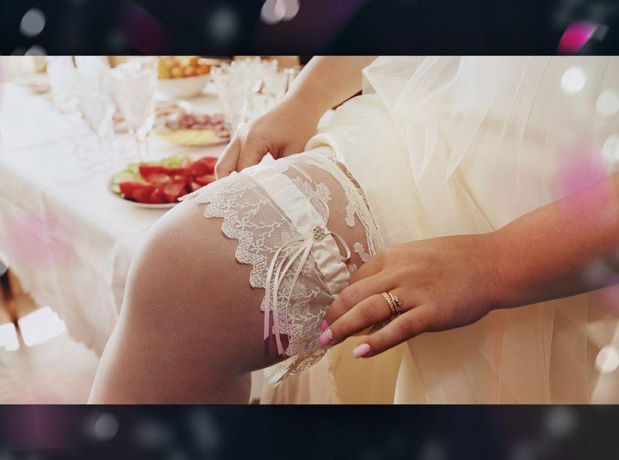 На ноге невесты широкая кружевная подвязка с атласной лентой и тонким бантом - фото 1961497 Фотограф Лариса Медведева