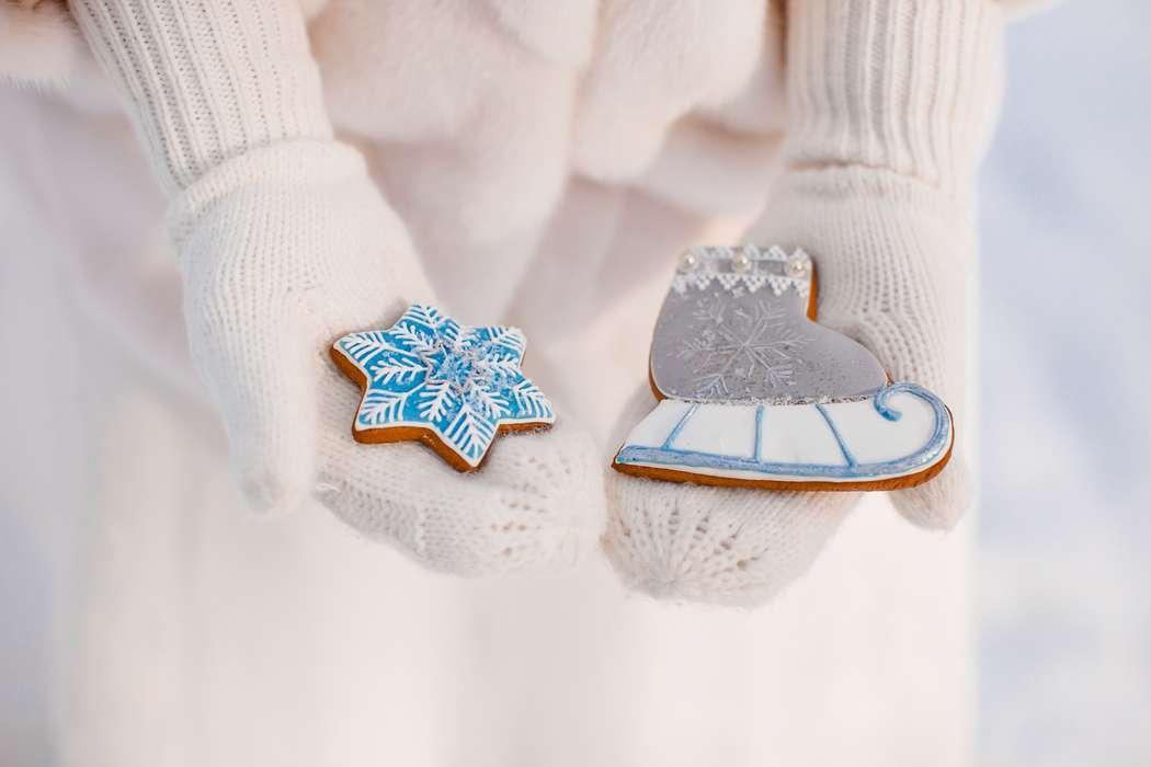 Невеста в белых варежках держит печенье в виде новогодней снежинки, коньков, фотосессия зимней свадьбы - фото 1953103 Alexandra_d