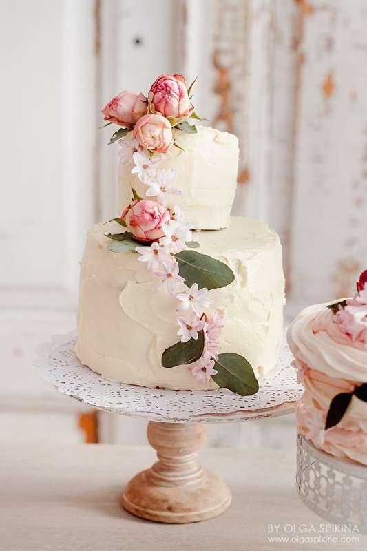 Классический торт (влажные бисквитные коржи, чередующиеся со слоями сочной ягоды и хрустящей меренги), украшенный нежным легким кремом  и живыми цветами - фото 4605717 Sweet - кафе-кондитерская