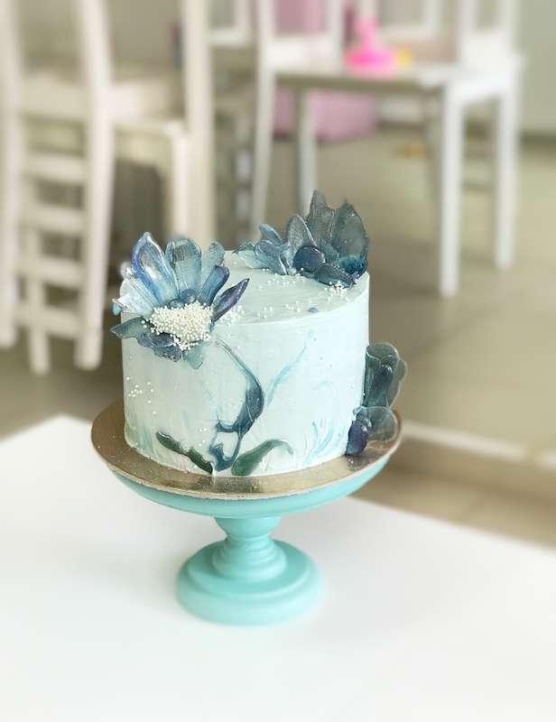 """Торт с карамельным декором """"Северные цветы""""  стоимость 1900 Р/кг - закажите торт за 1 месяц или ранее и получите каждый 3-ий кг в подарок - фото 17665302 Sweet - кафе-кондитерская"""
