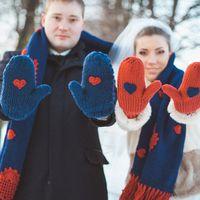 Идея для зимней фотосессии - тёплые варежки и шарф)
