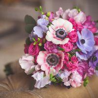 Букет невесты в розово-голубых тонах из анемонов, роз и фиалок