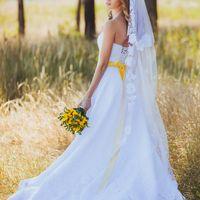 невеста с желтым букетом, бело-желтое платье, фотосессия в лесу