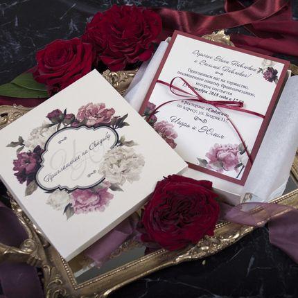 Пригласительные открытки в коробочках с цветочным принтом марсала
