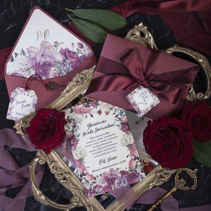 Приглашение Peony в конверте винного цвета
