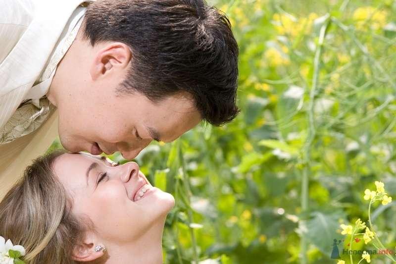 Жених и невеста стоят, прислонившись друг к другу, на фоне зелени - фото 35025 YuBinLi