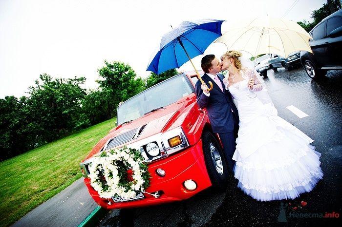"""Красный """"Hummer"""", украшенный венками из белых роз, на фоне зелени парка и лужайки, рядом с молодоженами. - фото 30801 Студия свадебной фотографии Сергея Рыжова"""