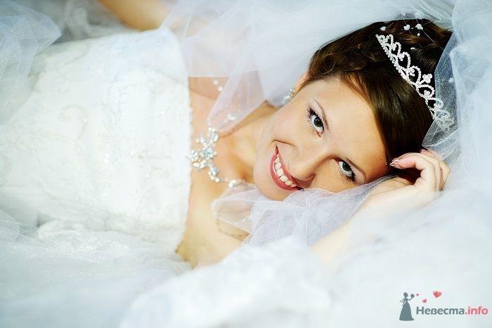Утонченный лик будущей молодой жены превосходно подчеркивает прическа - фото 46267 Студия свадебной фотографии Сергея Рыжова
