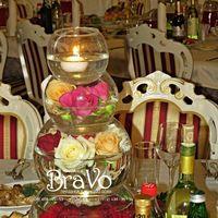 Свадьба Антона и Надежды 31.10.15г. Декор центра стола гостей-пирамида из круглых ваз с цветами.
