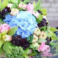 Букет невесты в розово-голубых тонах из гортензий, роз, орхидей и тюльпанов с темными хризантемами