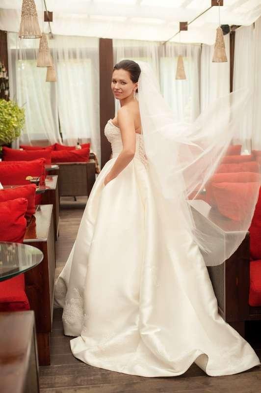 Невеста в белом атласном платье А-силуэта со шлейфом и длинной фатой - фото 3254215 Визажист-стилист Наталия Шадская