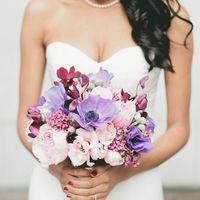 Невеста с букетом в сиренево-розовых оттенках из анемонов, роз и фиалок