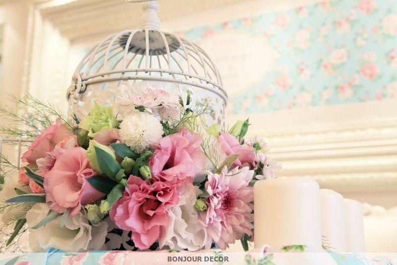Композиция из розовых хризантем, розовых и белых лизиантусов, розовой веточной розы, белых георгин, розовых роз и зелени в белой - фото 3632603 Bonjour decor - студия авторского декора