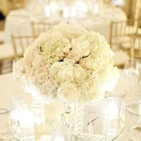 оформление столов гостей композицией из белых цветов и зеркала