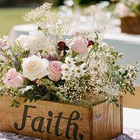 цветы в деревянных ящиках в стиле рустик
